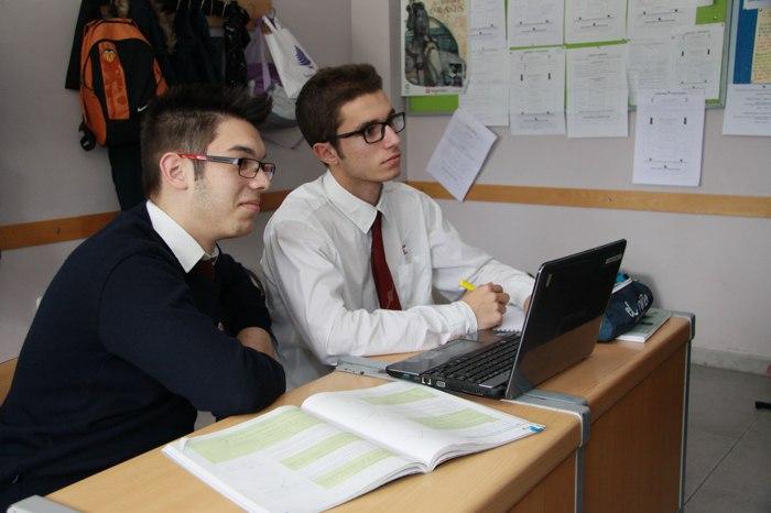 alumnos trabajando en bachillerato