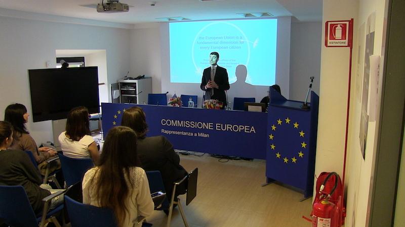 Delegaciones estudiantes visitando oficina UE: charla sobre ¿Qué puede hacer la UE por los jóvenes emprendedores?