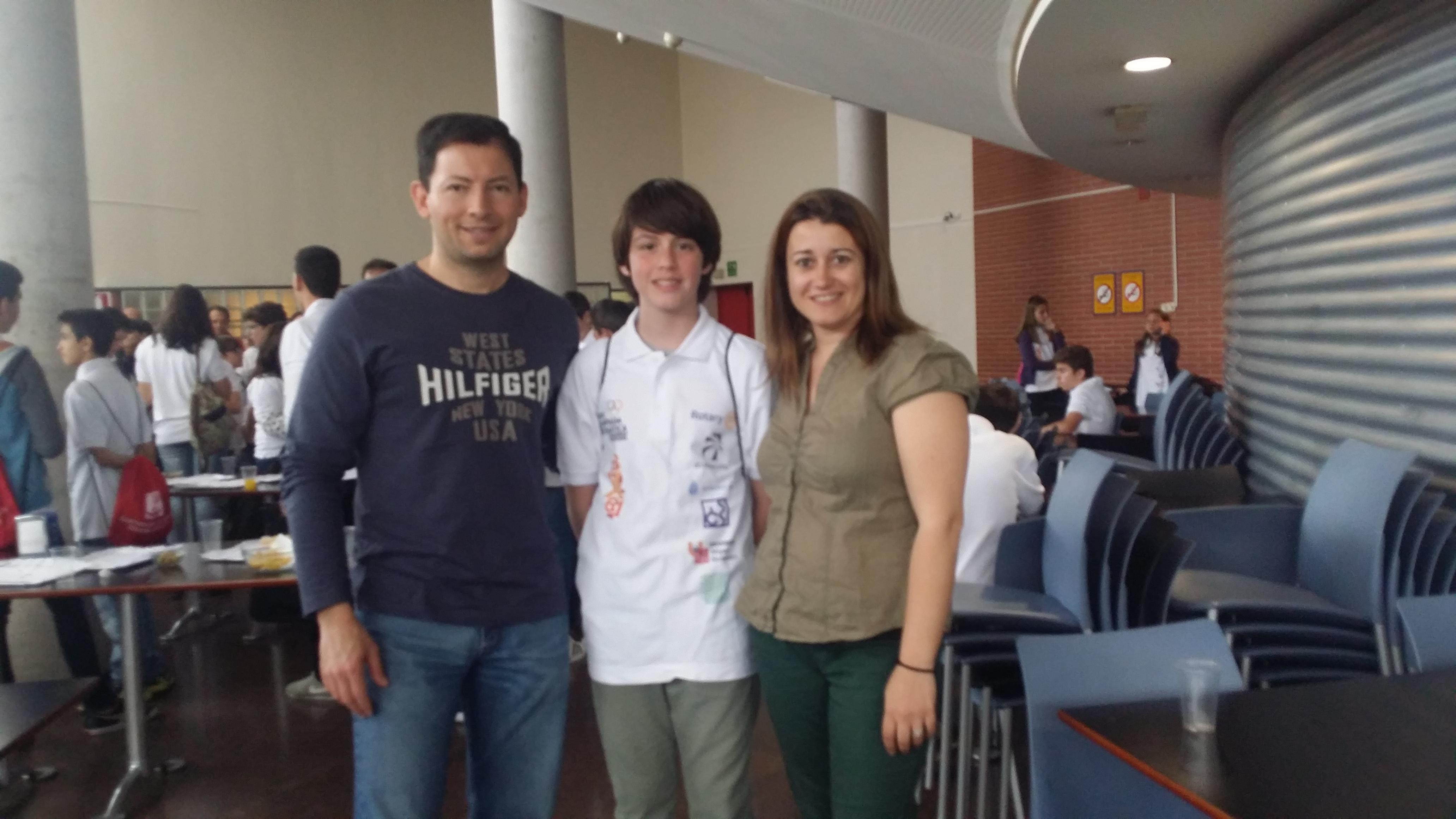 El alumno Germán Cabedo acompañado por sus profesores