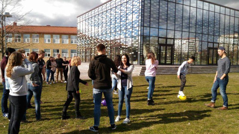 Alumnos en el campus de Suecia.